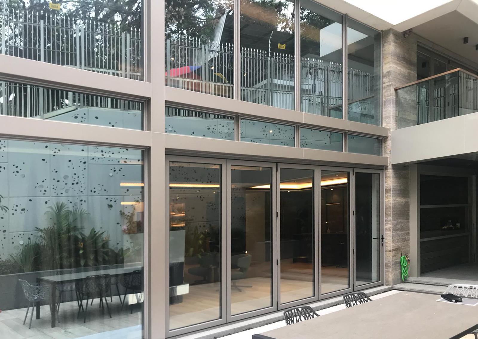 JS - Aluminium Windows in Hong Kong 香港優質鋁窗公司 – Aliplast -folding door 折疊式或滑動式玻璃門窗